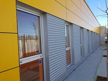 Gestión de obras en colegio de Sobradiel, de fachada ventilada TRESPA amarillo