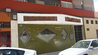 Fachada de local previa a la apertura de unas oficinas para Instalaciones DJ