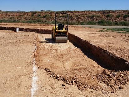 Excavación de zapatas para muros en proyecto de una nave agrícola